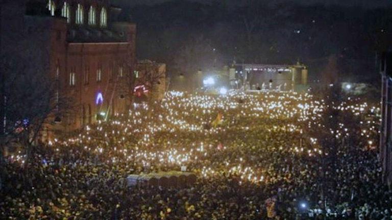 40 000 människor kom till minnesceremonin igår kväll  som hölls i närheten av det kulturhus där en av attackerna ägde rum. Foto Anna Gjöres