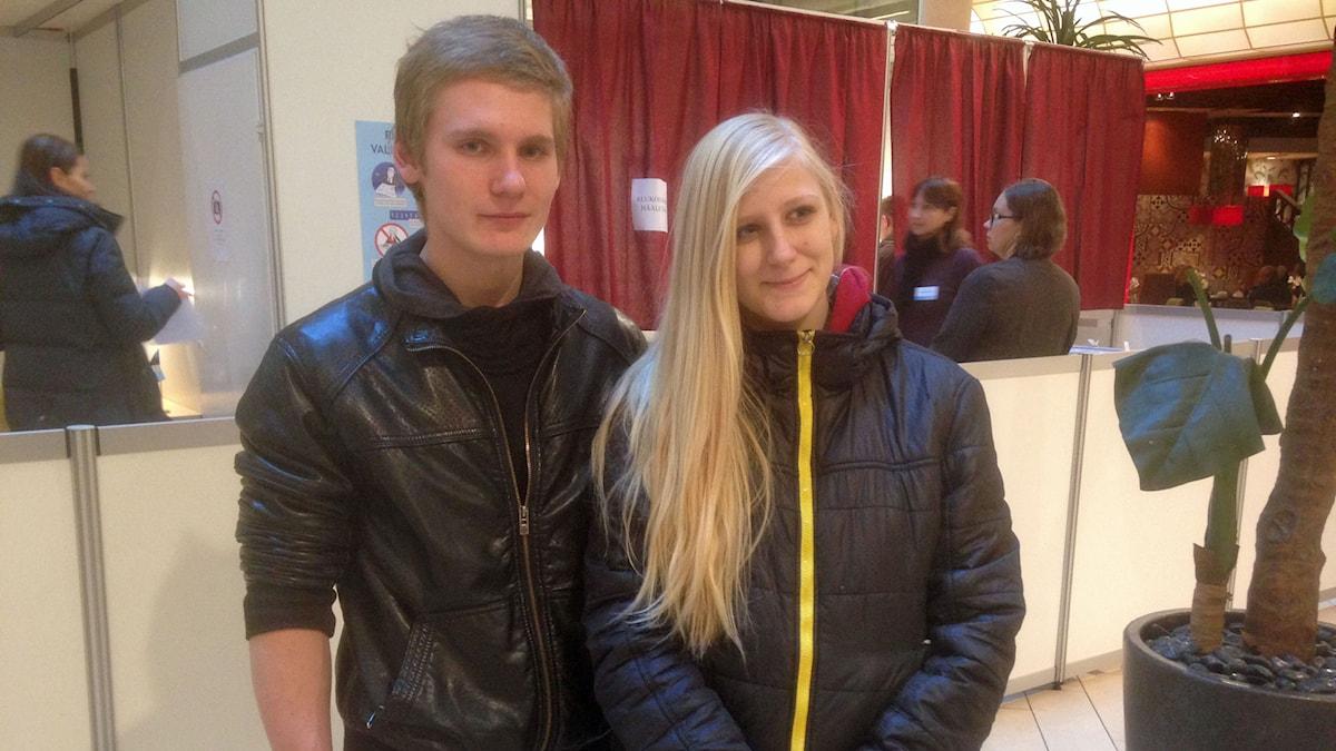 18-årige Daniel Rei från Hapsal har just röstat. 16-åriga Triin Vilms får vänta ett par år. Foto:Karin Wickström/Sveriges Radio