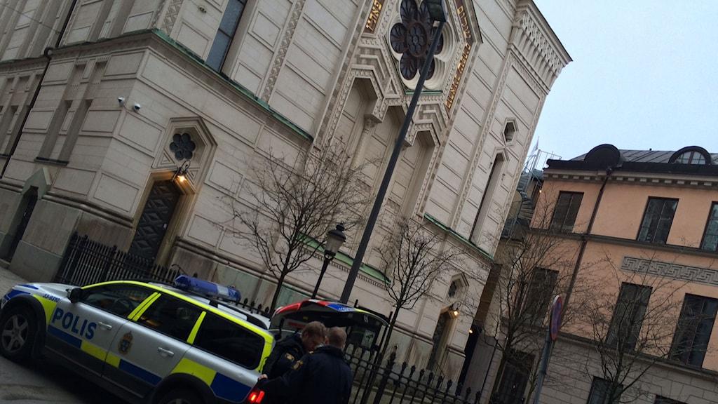 Synagogan i Stockholm. Det står en polisbil och två poliser framför. Foto: Fernando Arias/Sveriges Radio