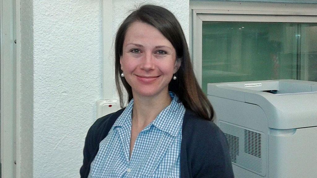 Hélène Englund, epidemiolog på Folkhälsomyndigheten. Hon har en blåprickig blus. Foto: Lena Wiktorin/Sveriges Radio