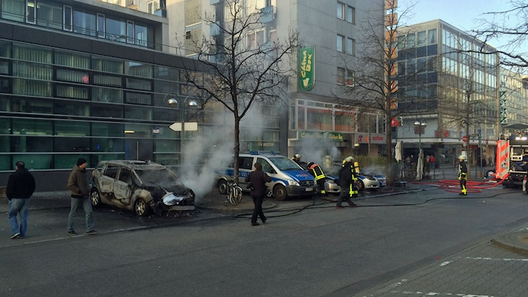Fyra utbrända polisbilar i Frankfurt. Foto: Daniel Alling/Sveriges Radio