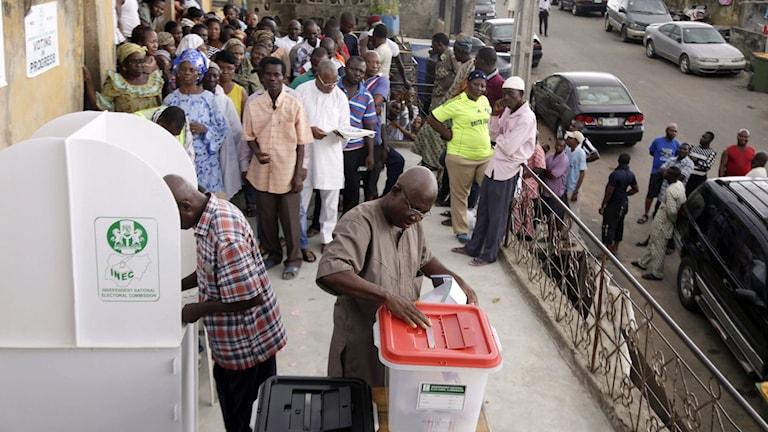En man lämnar sin röstsedel i valet i Lagos, Nigeria, söndag 29 mars 2015. Foto: Kunle Ogunfuyi/AP