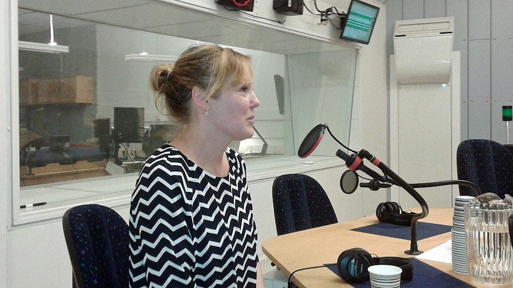 Pia Printz, förläggare och representant för branschföreningen NOFF. Hon sitter i studion. Foto: Lena Wiktorin/Sveriges Radio
