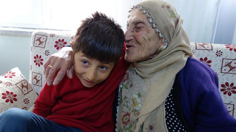 Asya Gulhan med sitt barnbarn Ulas. Foto: Katja Magnusson/Sveriges Radio.