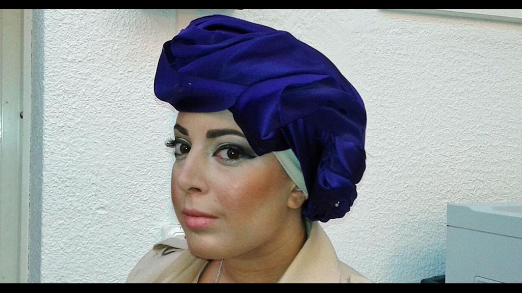 Modeskaparen Iman Aldebe. Hon har en lila turban på sig. Foto: Lena Wiktorin/Sveriges Radio