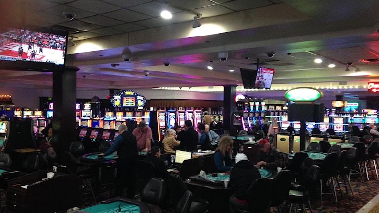 En vacker lördagförmiddag till trots är det mycket folk på Shooting Star Casino i Manohmen, Minnesota. Casinot är en viktig inkomstkälla för indianreservatet White Earth Nation. Foto: Inger Arenander