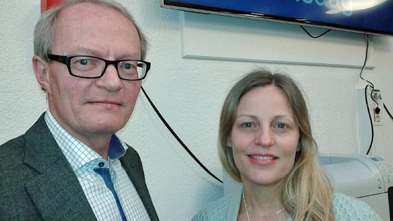 Gunnar Larsson,generaldirektör på Konsumenverket och Malin Omberg, chef för konsumentskydd på Finansinspektionen. Foto: Lena Wiktorin/Sveriges Radio