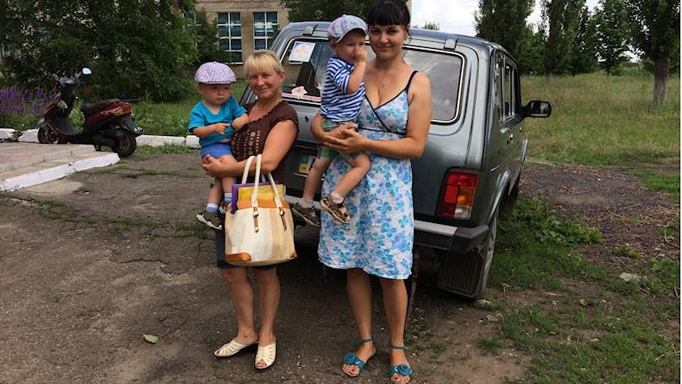 Julia (tv) och Darja Larusjkina med barnen Hardej och Zachar på väg till MSFs läkarmottagning i Mnogopolye. Foto: Sten Sjöström/Sveriges Radio