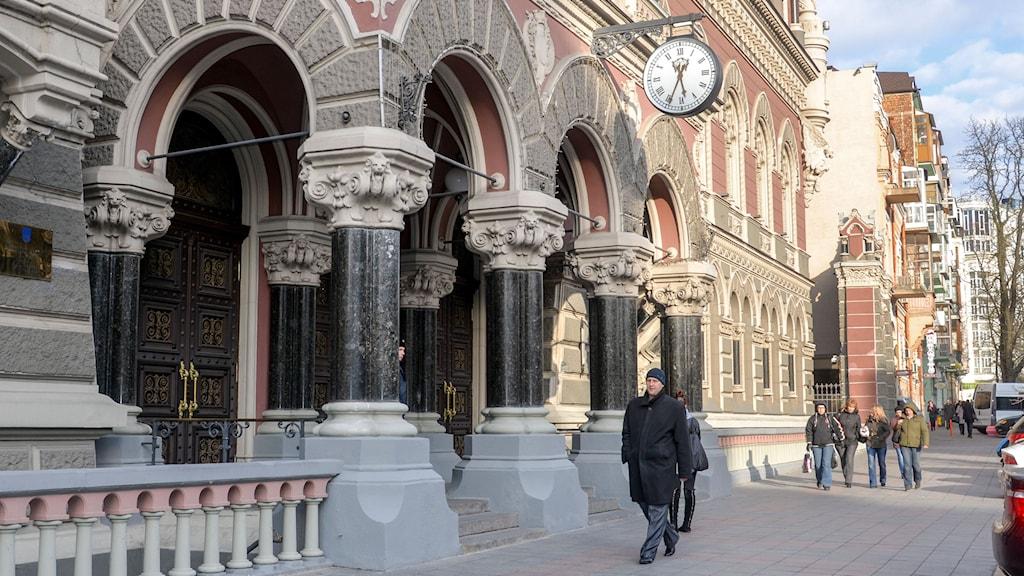 Klockan tickar på Ukrainas centralbankens fasad på Instytutska-gatan 9 i centrala Kiev. Valutareserven är nästan slut och nu står hoppet till påfylling av kassavalvet från ett nytt stödprogram från Internationella valutafonden (IMF) och andra långivare. Foto: Joakim Goksör/TT