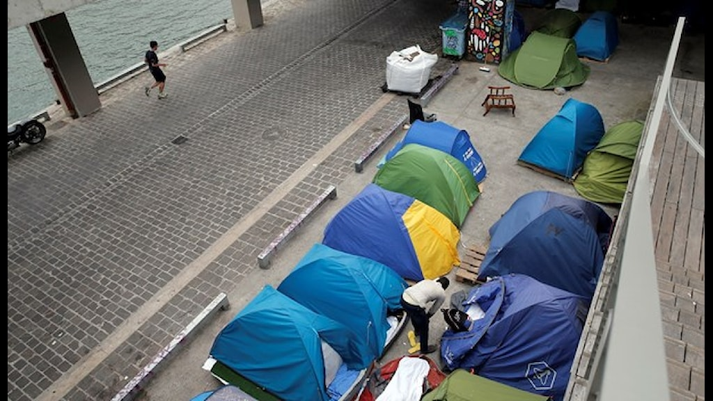 Flyttkarusellen av migranter i Paris har pågått nu i två månader. Foto: Christophe Ena/TT.