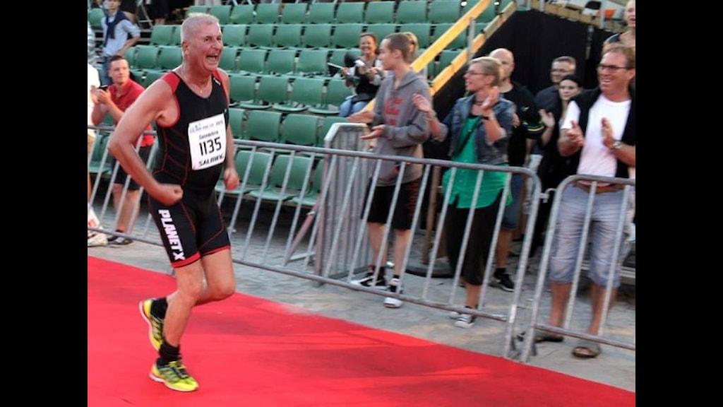 Ronald Rosengren sprang i mål med ett stort leende på Kalmar Mini Tri. Foto: Oddbjörn Andersson