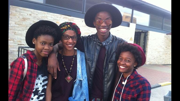 Melody Dreyer (i mitten) och vännerna Nali, Eddie och Paulina pratar gärna afrikaans. Foto: Markus Alfredsson/Sveriges Radio