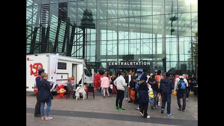 Många frivilliga har under veckan samlats på Malmö centralstation för att hjälpa de flyktingar som anlänt. Foto: Anna Landelius/Sveriges Radio