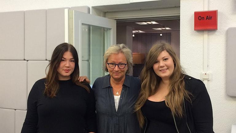 Cassandra Klatzkow, P1-morgons Anna Hernek och Linda-Marie Nilsson. Foto: Maya Abdullah/Sveriges Radio.