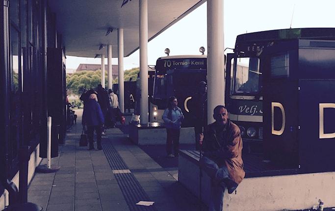 Haparanda-Torneå busstation. Irakiska flyktingar väntar på bussar mot Kemi och Rovaniemi i Finland. Foto: Thella Johnson/Sveriges Radio