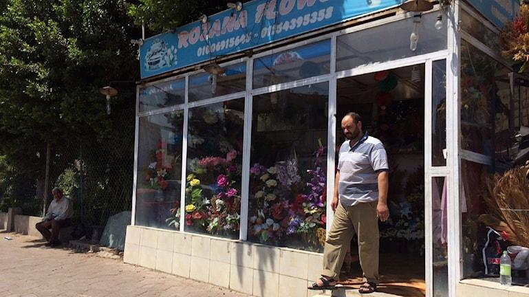 I blomsterbutiken Rozana nära  Rabia Al Adawiya i Kairo är ägaren Mohammed på väg ut. Foto: Jesper Lindau/Sveriges Radio