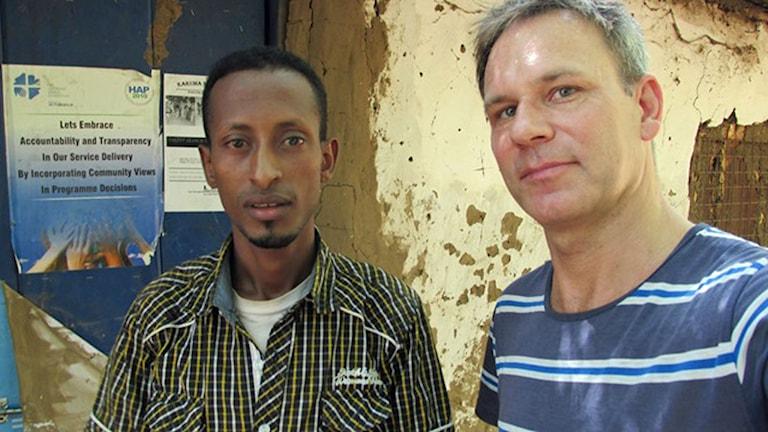 19-årige Debesay flydde efter tortyr från Eritrea. Nu är han i Kakuma i norra Kenya, men vill till Europa. Här tillsammans med Richards Myrenberg, Sveriges Radios Afrikakorrespondent. Foto: Sveriges Radio.