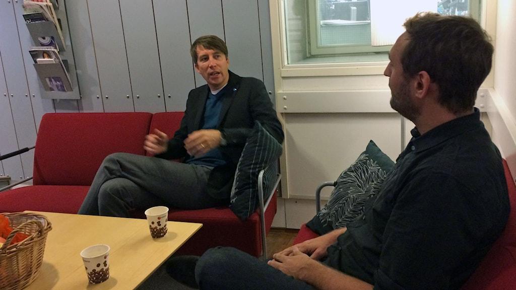 två män samtalar