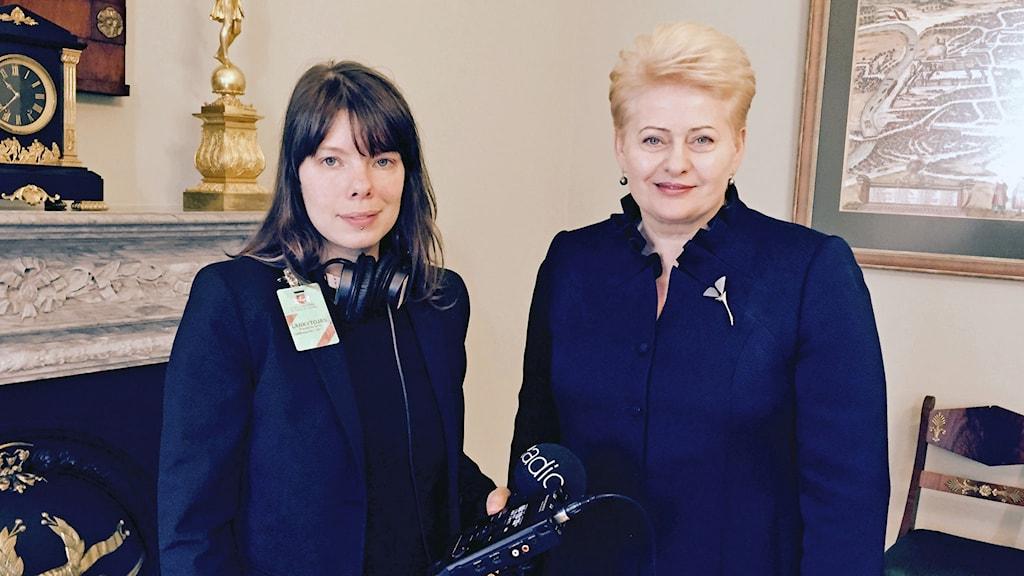 två kvinnor klädda i mörka kläder i ett vackert rum