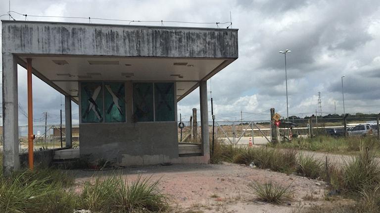 Konstruktionen av oljeraffinaderiet Abreu e Lima stoppades när det upptäcktes att byggföretag betalat mutor till uppdragsgivaren Petrobras, genom saltade fakturor. Raffinaderiet har hittills kostat åtta gånger mer än vad som var planerat. Foto: Lotten Collin/Sveriges Radio.