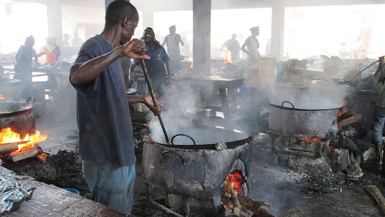 Många är missnöjda med regeringspartiet på fiskmarknaden i Dar es Salaam. Foto: Richard Myrenberg/Sveriges Radio