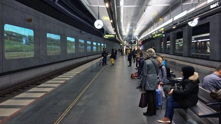 En perrong med väntande reseärer. Foto: Samuel Larsson/Svergies Radio