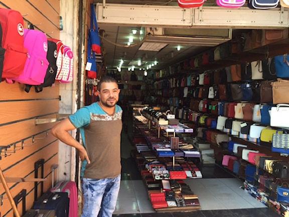 Mohamed Shaaban säljer souvenirer och läderväskor på basargatan i Sharm el Sheikh. Foto: Cecilia Uddén/Sveriges Radio