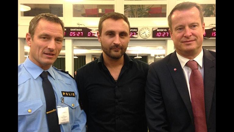 Thomas Wallberg, kommenderingschef för polisens särskilda insats Alma, Johar Bendjelloul, programledare och Anders Ygeman, inirikesminster (S). Foto: SR