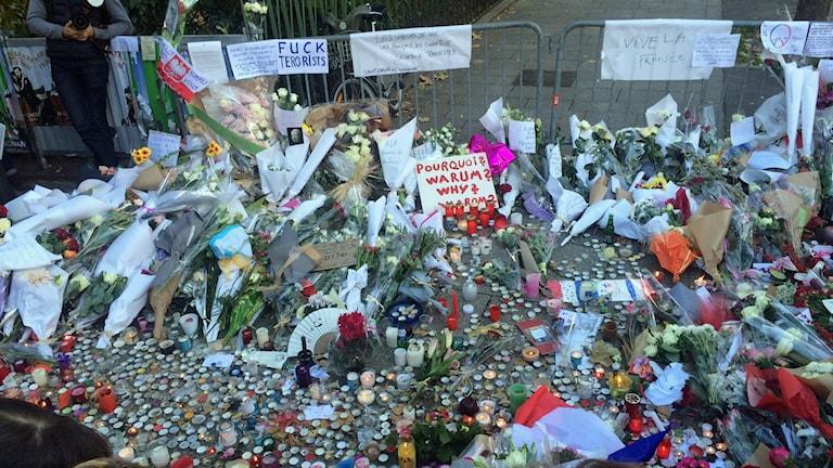 Minnesplats för offren i Paris. Foto: Johar Bendjelloul/Sveriges Radio.