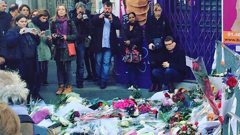 Människor i Paris herdrar offren från fredagens terrorattack. Foto: Cecilia Khavar/Sveriges Radio.