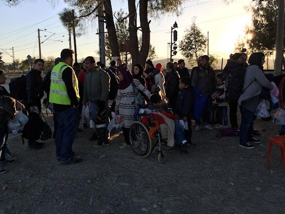 På väg över gränsen från Grekland till Makedonien. Foto: Johanna Melén/Sveriges Radio