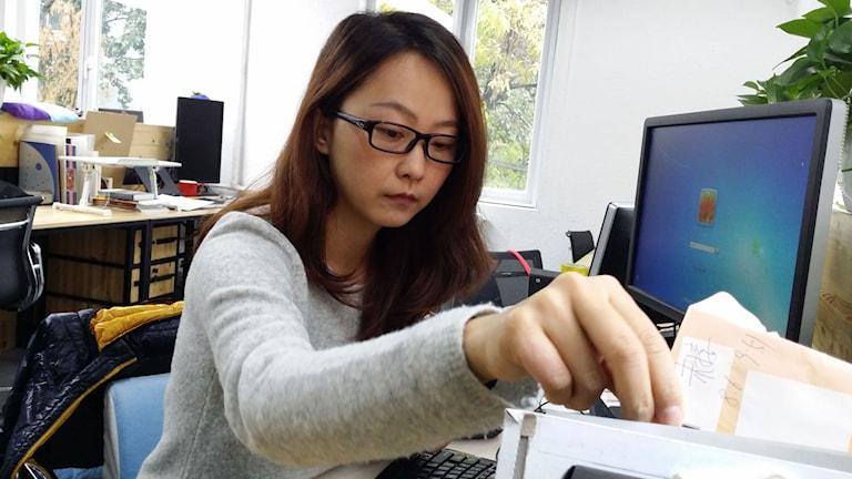 Li Yan på Greenpeace i Peking förbereder sig för att åka till klimatförhandlingarna i Paris. Hon tycker att Kina slutat att gömma sig i klimatpolitiken och i stället börjat att spela en aktiv roll. Foto: Hanna Sahlberg/Sveriges Radio