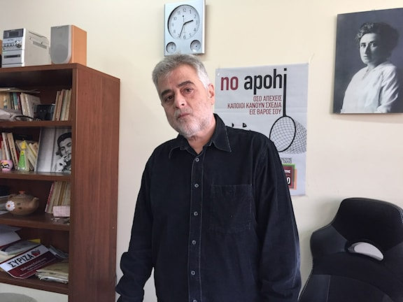 Miltos Economou från regeringspartiet Syriza säger att de reformer man nu genomför inte är samma sak som partiets politik. Foto: Johanna Melén/Sveriges Radio