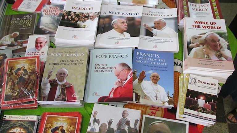 Det går inte att missa att det snart är påvebesök i Uganda. Här från en bokhandel i Kampala. Foto: Richard Myrenberg/Sveriges Radio
