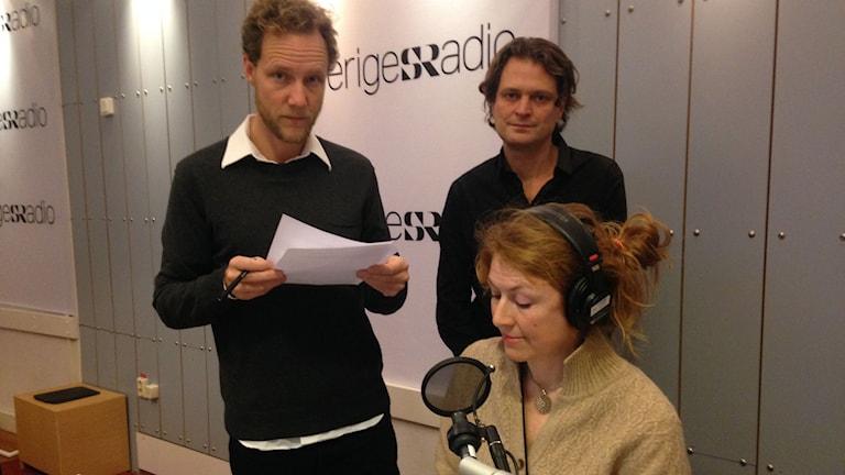 Bo Göran Bodin och Daniel Velasco, grävande reportrar, med Kajsa Boglind, programledare. Foto: Ausi Petrelius/Sveriges Radio