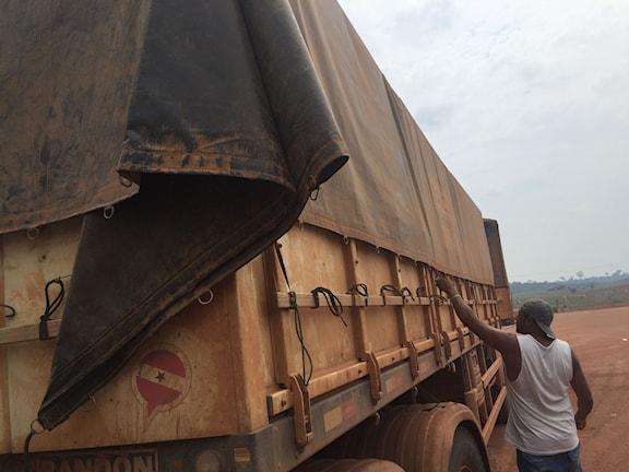 Jehová Alves kör 50 ton soja och majs från Mato Grosso till Itaituba i Amazonas två gånger i veckan. Foto: Lotten Collin/Sveriges Radio