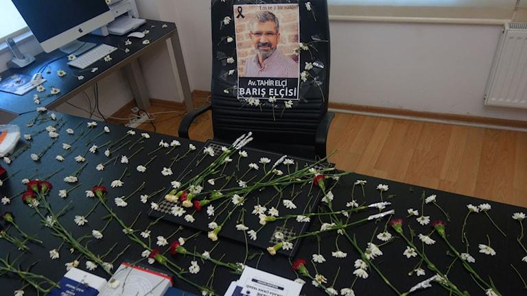 Blommor på den mördade advokaten Tahir Elcis kontor i Diyarbakir. Foto: Katja Magnusson/Sveriges Radio.