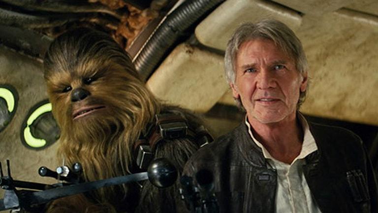 Peter Mayhew som Chewbacca och Harrison Ford som Han Solo, i nya Star Wars: The Force Awakens.