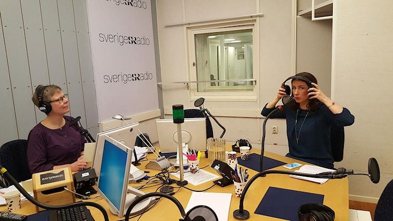 Pia Sjögren, programledare och Lena Lind Palicki, språkvårdare i svenska vid Institutet för språk och folkminnen. Foto: Lena Wiktorin/Sveriges Radio