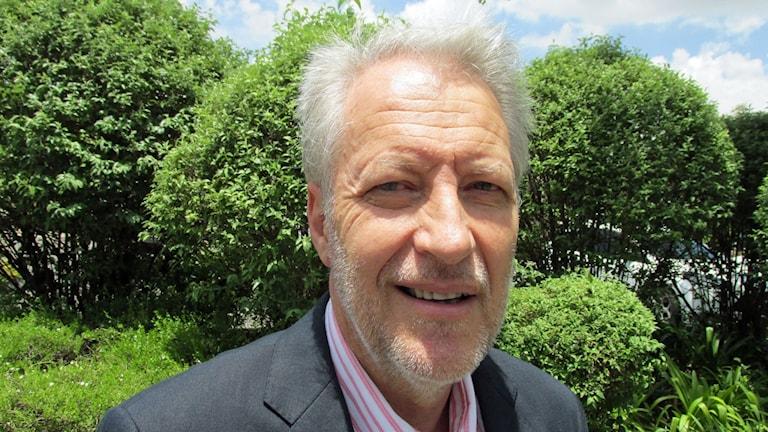 Dan Roodt, kontroversiell högerman, tycker att rasistdebatten i Sydafrika är olycklig och att den riskerar att göra regeringen mer anti-vit i sin politik. Foto: Richard Myrenberg/Sveriges Radio.