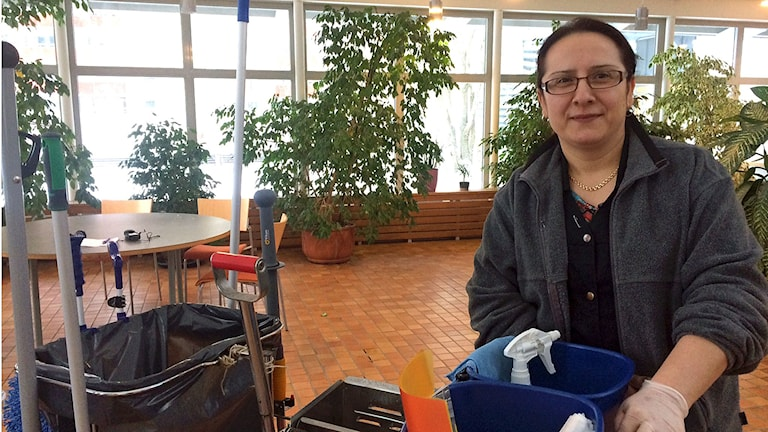 Elmas Tuncer som jobbar på Städservice i Botkyrka som fick börja jobba heltid när politikerna fattade beslut. Foto: Anna-Karin Sivberg / Sveriges Radio
