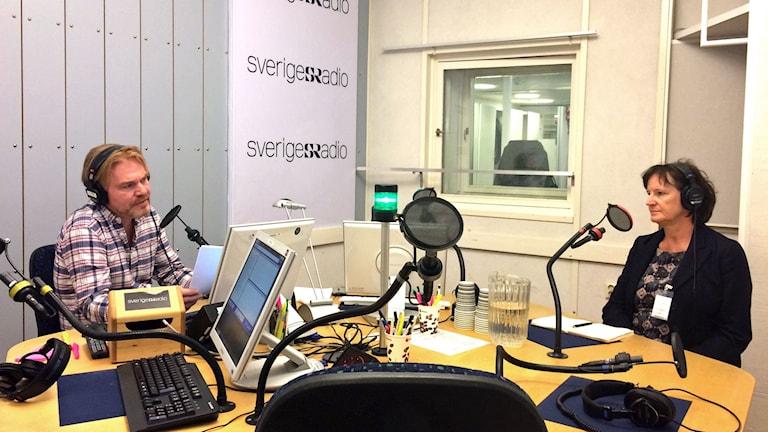 Annelie Nordström i studion med programledare Jesper Lindau. Foto: Ida Bellinder / Sveriges Radio