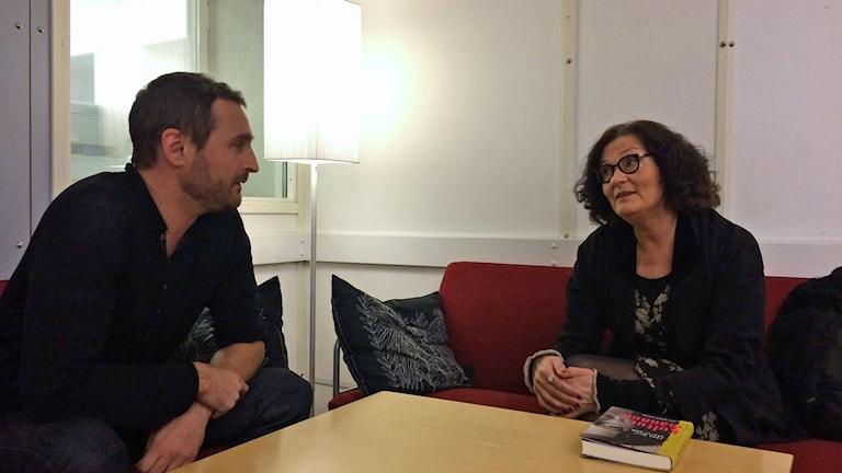 """Programledare Johar Bendjelloul tillsammans med Ebba Witt Brattström litteraturprofessor aktuell med nya boken """"Kulturmannen"""". Foto: Ida Bellinder / Sveriges Radio"""