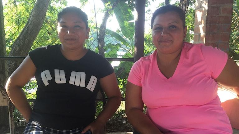 Carolina och Elisabeth är tillsammans med gängmedlemmar i El Salvador. Deras vardag är full av hot, stigmatisering och långa nätter utanför fängelset när deras män grips. Foto: Lotten Collin/Sveriges Radio