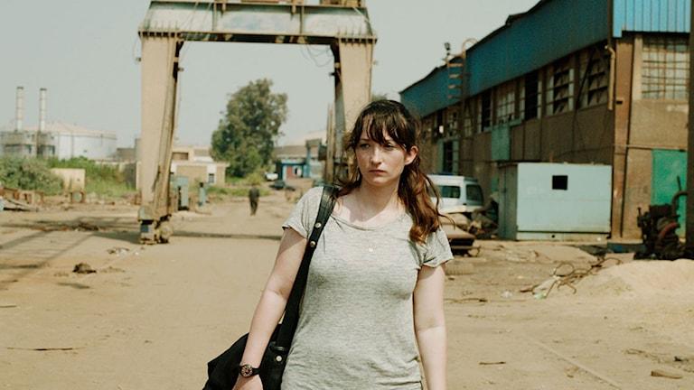 Stine Fischer Christensen spelar unga galleristen Katarina som letar efter sin pappa i filmen Under pyramiden. Foto: Moviezine.