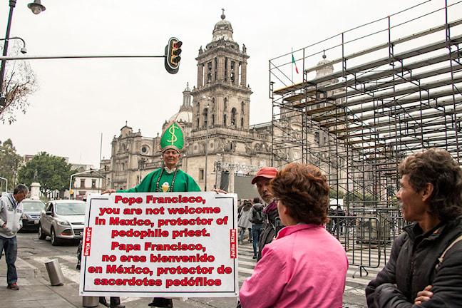 Människor som är kritiska till påvebesöket protesterar så högljutt de kan, mot alla pengar som läggs på besöket och det den katolska kyrkan står för. FOTO: ÅSA WELANDER