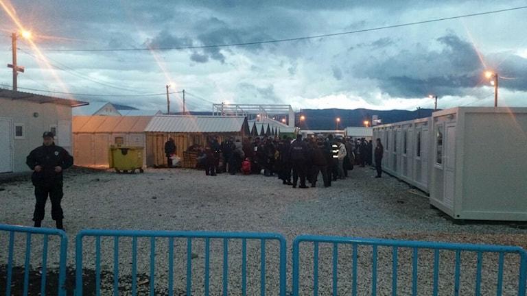 Många poliser nu i transitlägret Gevgelija.