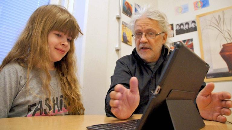 Linnea Henriksson och modersmålsläraren Roland Jatko i Luleå.
