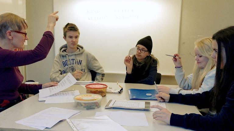 Modersmålsläraren Irma Sankila med eleverna Sami Långsved, William Klemetti, Minerva Koskela och Denizia Lindberg. Foto: Karin Wirenhed/Sveriges Radio.