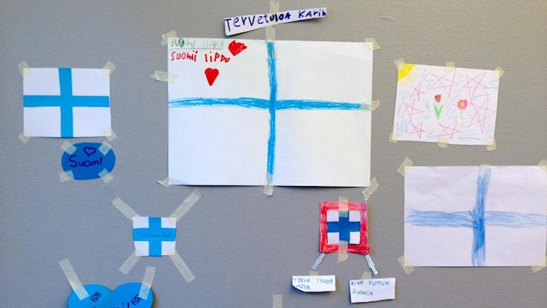 Finska flaggor ritade av barn. Foto: Karin Wirenhed/Sveriges Radio.